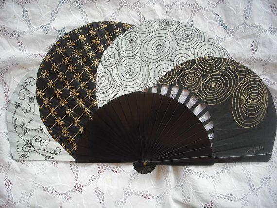 Il sagit dune belle peinture sur fan par moi-même. Mesures : -Déplié, que cest 43 cm x 23,5 cm (16,9 x 9,3 po) -Plié, cest 4 cm x 23,5 cm (1.6 x 9,3 po) Pliage fans ont une longue histoire de tradition en Espagne. Ils seront très utiles par temps chaud et chauds espaces fermés et ils sont un complemennt de mode... De plus, les fans peints peuvent être un cadeau de wonderfoul ou à être utilisé pour décorer un mur ou la salle, ajoutant une touche de couleur à votre maison.
