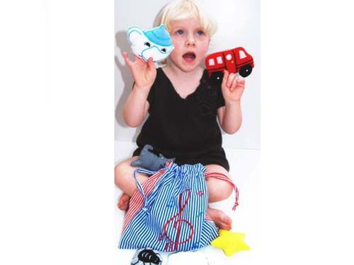 [Oskar & Ellen オスカー&エレン]ミュージックバッグ フィンガーパペット6 個 歌詞付 巾着袋の中に、ヨーロッパの童謡をモチーフにした、フィンガーパペット(指人形)が6つ入っています。