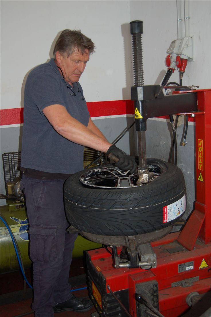 montaje nuevos neumáticos en nuestro taller Xmotor de el Campello
