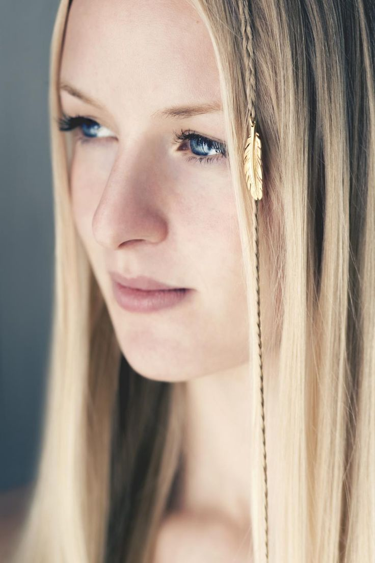 The summer feeling opens up for creativity - use your jewelry in creative and different ways! #hvisk #hviskjewellery #jewelry #pendant #feather #gold #blonde #hair #blue #eyes #braid #hairstyle #bright #natural #light #photography #model