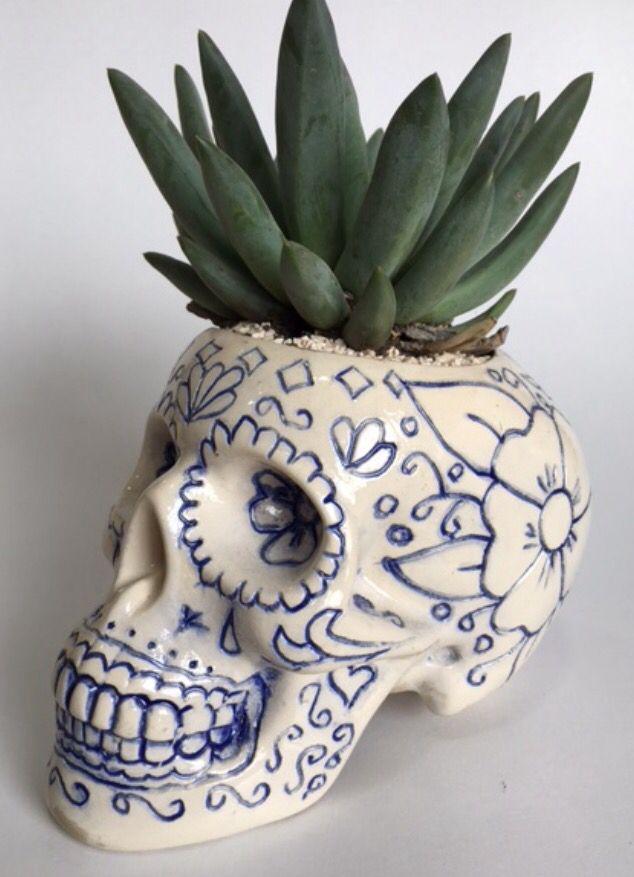 Calavera tallada con planta