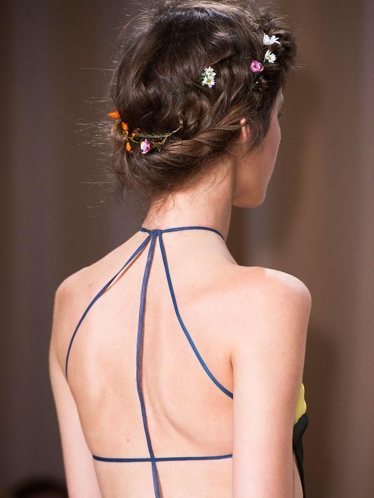 Um diese Frisur nachzustylen, flechtet ihr am Kopf entlang und wendet die französische Flechttechnik an - dabei wird immer eine weitere Strähne in den Zopf mit aufgenommen. Fertig ist diese schöne Sommerfrisur!