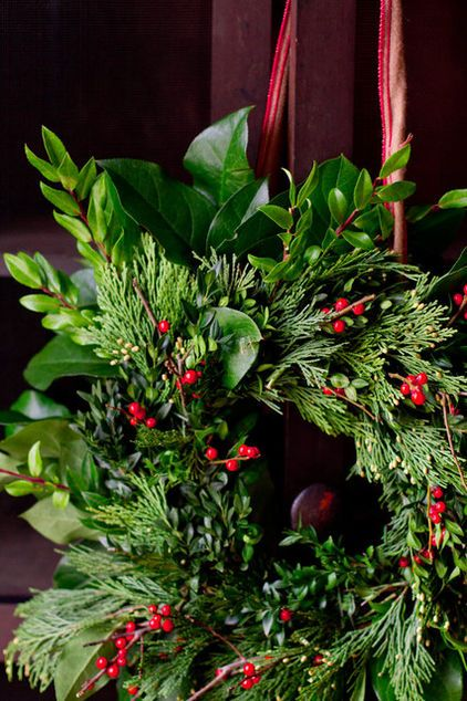 Making a wreath of mixed greenery into eight simple steps, perfect for beginners. Follow along to create your own fresh front door adornment.