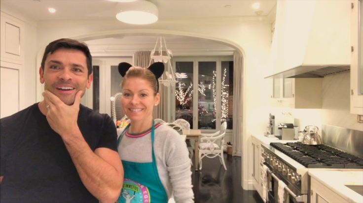 Kelly Ripa makes Chocolate chip cookies (from the kitchen of her house) for Carla Gugino! Mark Consuelos