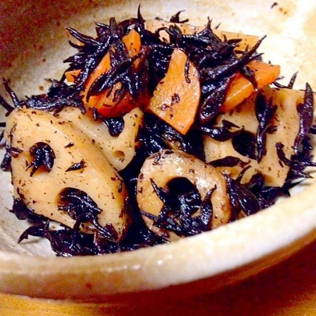 レンコンとひじきの炒め煮を作りました。レンコン入れると美味しいです。 - 95件のもぐもぐ - レンコンとひじきの炒め煮 by mayumi0525