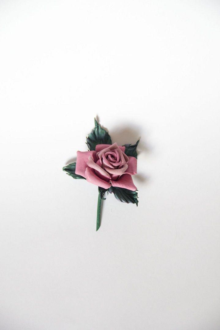 Розочка из кожи, брошь. Высота 9,5 см, без листьев. Лепесточки и листья слегка тонированы и слегка изгибаются. #брошь #handmadeaccessories#брошьизкожи#цветыизкожи#цветокизкожи#украшенияручнойработы#украшениякрасноярск#авторскиеукрашения#авторскиеукрашенияназаказ#натуральнаякожа#роза#кожа#цветок#кожаныеаксессуары