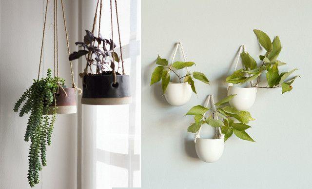 Links: handgemaakt aardewerk via etsy.com/twpottery- Rechts: kleine porseleinen wandhangertjes via etsy.com/farrahsit