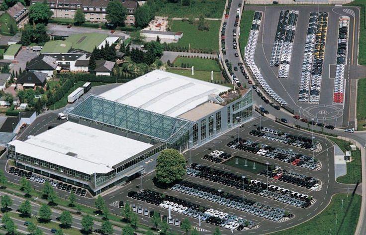 Na zdjęciu siedziba BRABUS w Bottrop, w Niemczech.  Ilość zmodyfikowanych Mercedesów oraz rozmiar kompleksu robi wrażenie! Naszą relację z wizyty znajdziecie na blogu:  http://www.brabus-jrtuning.pl/blog/wizyta-w-siedzibie-brabus/  Brabus JR Tuning http://www.brabus-jrtuning.pl/