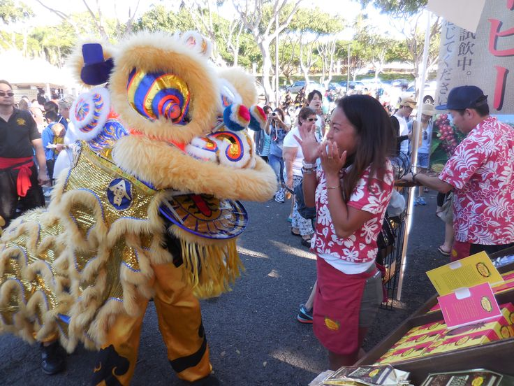 Rene-chan getting freaked out by the Lion.  Always great fun at the KCC Farmers Market