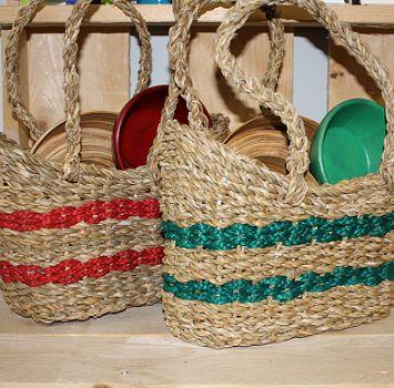 Picknickset met bamboeschaal, twee kommetjes en bestek, alles in een mooie rieten tas (alles fair trade) voor € 24,95