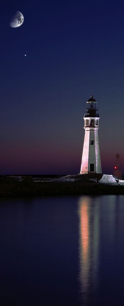 Lake Erie Lighthouse, Buffalo, New York, USA ♕re-pinned by http://www.waterfront-properties.com/