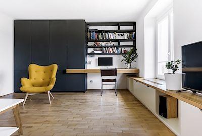 Byt ukrývá řadu na první pohled neviditelných vychytávek. Například pracovní stůl, jehož deska se dá rozložit do tvaru písmene L, nebo propojení počítače s televizí.