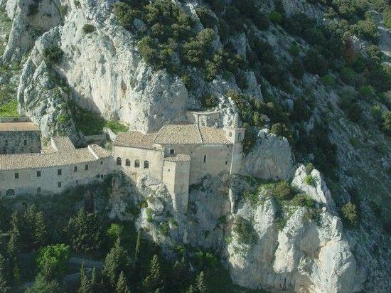 Il Santuario della Madonna delle Armi si trova nel territorio di Cerchiara di Calabria alle pendici del monte Sellaro a 1015 m s.l.m. con vista sulla pianura di Sibari e sul golfo di Taranto. Parco Nazionale del Pollino.