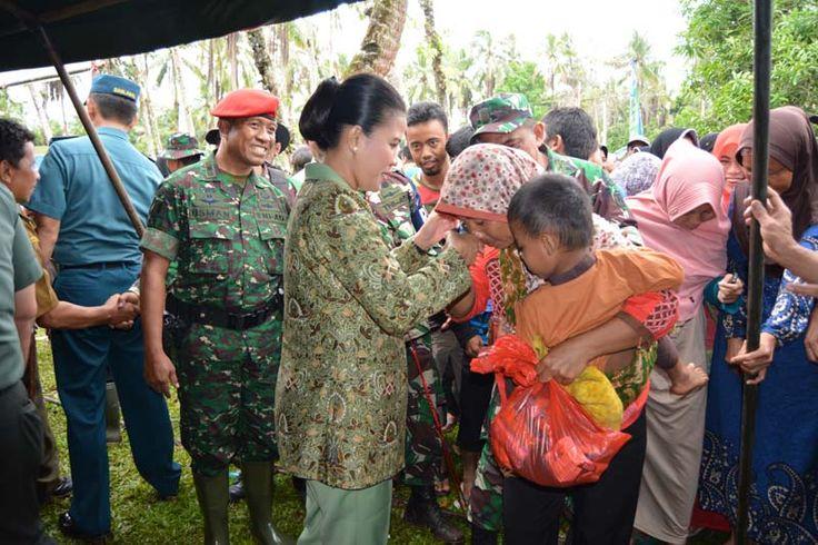 Ketua Persit Cabang XXXIII Kodim Pandeglang Memberikan Sembako kepada warga pada acara kegiatan Penutupan TMMD ke 100 Kodim 0601/Pandeglang