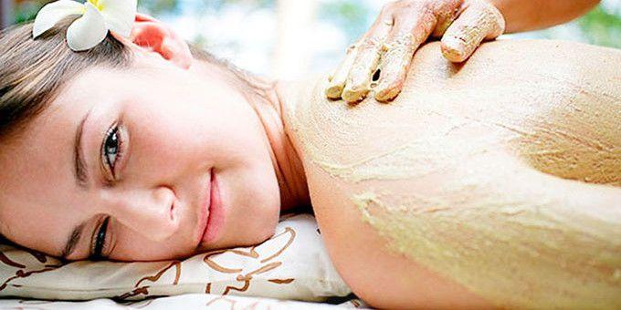 Bột đậu xanh vốn có hàm lượng dưỡng chất cao với vitamin E, B2, B3, C, K cùng nhiều khoáng chất và các nguyên tố vi lượng khác nên có tác dụng dưỡng da hiệu quả và cải thiện sắc tố da. Chất chống oxy hóa trong bã cà phê được tăng cường cùng với bột đậu xanh là phương pháp cải thiện da rất tốt. Sự kết hợp này còn làm hạn chế sự xuất hiện của các đốm sắc tố nâu đen như nám hay tàn nhang và làm da mịn màng nhưng không kém phần khỏe mạnh.