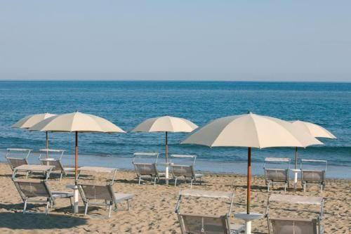 Акция: не загорел на пляже - получи деньги обратно - Необычная летняя акция проводится на пляжах Езоло. Теперь, если отдыхающим не повезло с погодой и не удалось загореть на солнышке, то они получают сумму за посещение пляжа обратно. Приезжая на курорт, туристам не