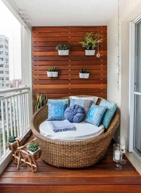 außen architektur balkon seitensichtschutz holz pflanzen sessel