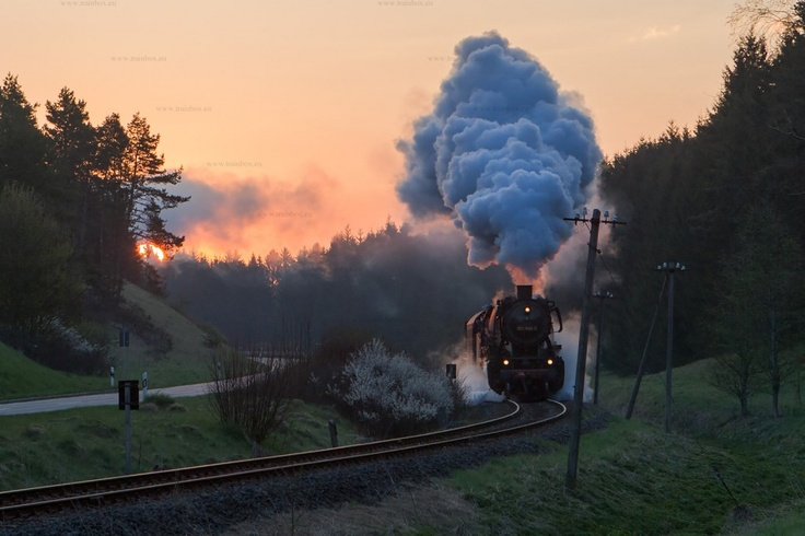 Fotogüterzug mit 052 840-6 kurz nach der Ausfahrt Münsingen bei Sonnenaufgang. Für den Fotozug wurde die 50 2740 in 052 840-6 umbeschildert.  Photo freight train with 052 840-6 shortly after Muensingen at the sunrise. For the photo train the engine 50 2740 was signed as 052 840-6.