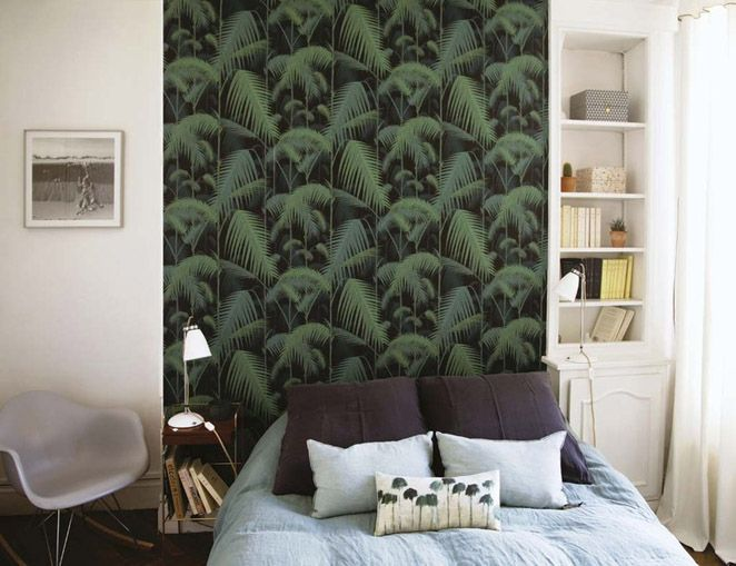 Home of Cécile Roederer, founder of Smallable. Photo: ELLE Decor España.  White walls, bedroom, Cole & Son wallpaper Palm Jungle, bohemian chic interior.