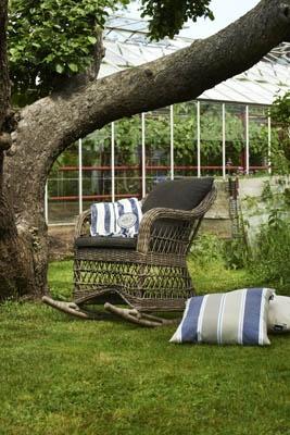 Salvador – Gungstol som här till serien Salvador. Glesflätad konstrotting. Utemöbler, trädgårdsmöbler, Outdoor furniture.