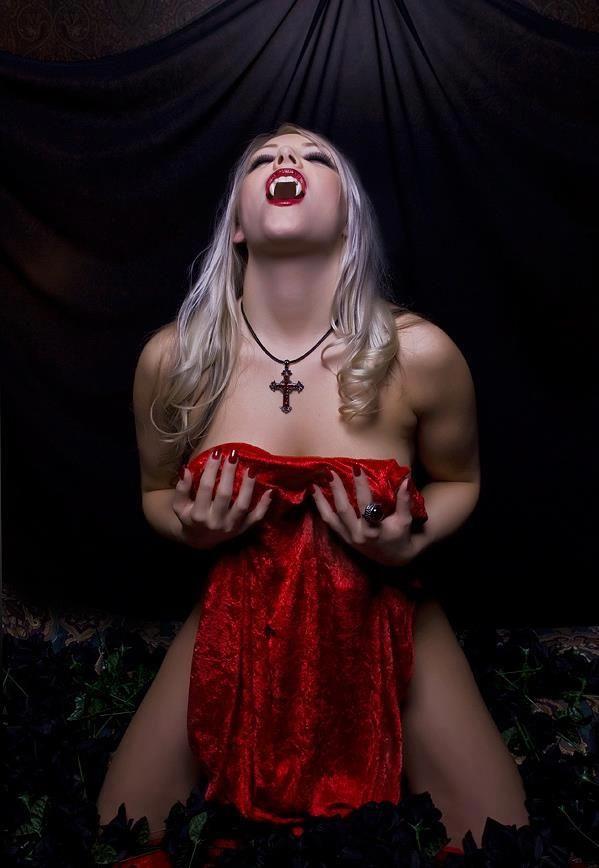 Female naked vampires — photo 10