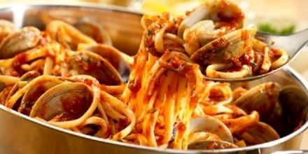 LINGUINE CON VONGOLE E POMODORINI - www.iopreparo.com:  Le linguine con vongole e pomodorini sono un piatto di mare saporito e gustoso. Il sughetto è leggero e genuino.