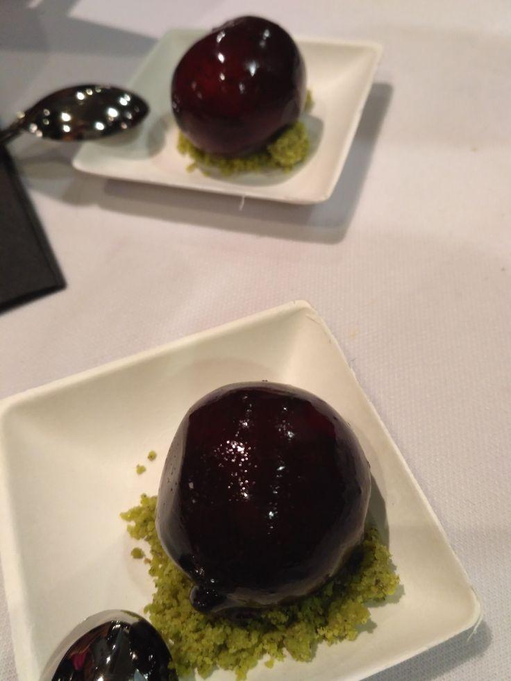 Bombón de cereza y foie de Árbore da Veira. Delicioso y preciosa presentación en #coruñasabe en Palexco. Evento previo a #forumcoruña 2017