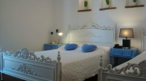 Περάστε ένα ρομαντικό 3ήμερο στην Πάρο, το νησί της πολυτέλειας! 104€ για 3ήμερο για 2 άτομα σε Superior δωμάτιο με πρωινό μπουφέ, late check out καθώς και δωρεάν μεταφορές από και προς το λιμάνι ή το αεροδρόμιο, στο Apollon Hotel στην Παροικιά της Πάρου, 50 μέτρα από την παραλία και λίγα μέτρα από τον παραδοσιακό οικισμό (ισχύει και για την αργία του Αγ. Πνεύματος). #paros #greece #deals #citycoupons.gr #coupons #prosfores