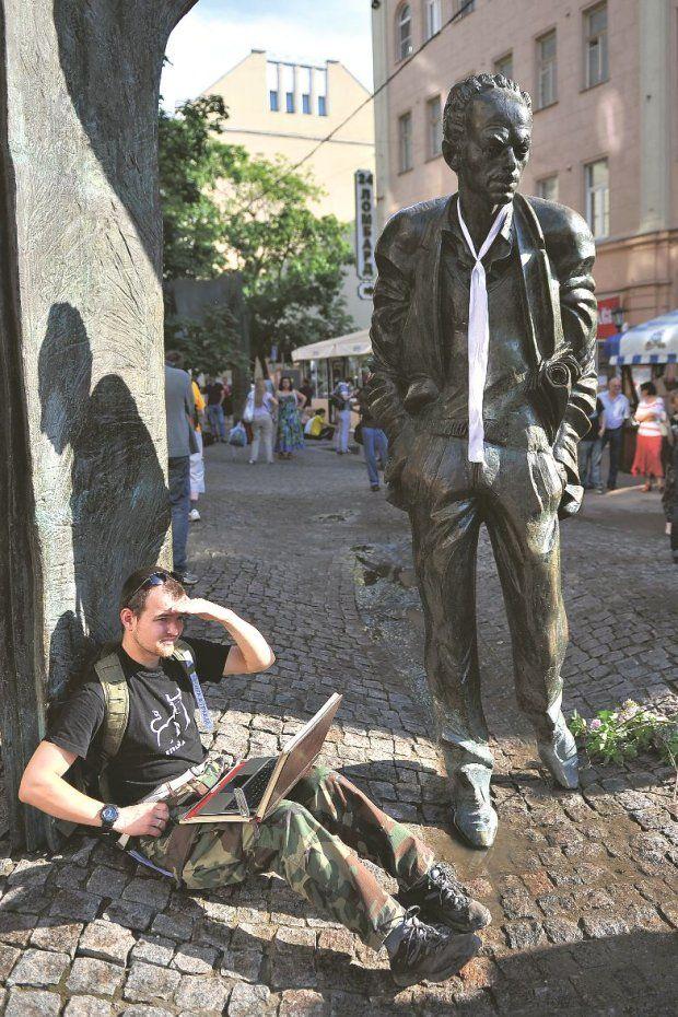 Puszkin nie miał szczęścia do dobrych tłumaczy. A Bułat jak najbardziej. Dzięki temu jego poezja jak strzała utkwiła w sercach Polaków. Rozm...