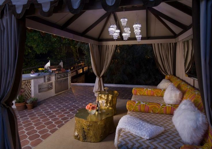 Des tables basses dorées pour un salon glamour