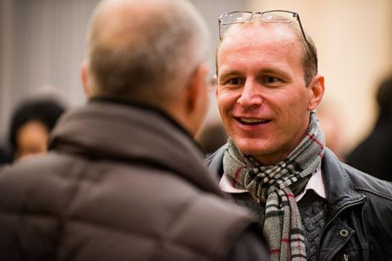 Tobias Knoof im Gespräch mit einem anderen Seminarteilnehmer während einer der Übungen