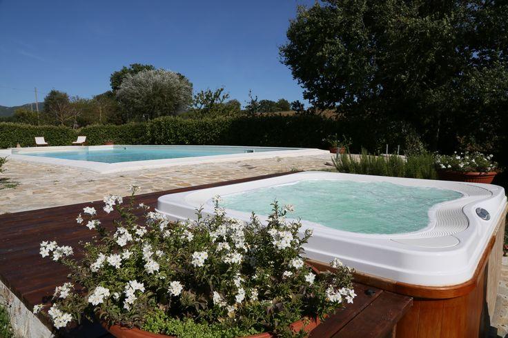 Spa Profile de Jacuzzi® encastré dans une terrasse en bois vernie à  ~ Jacuzzi En Bois