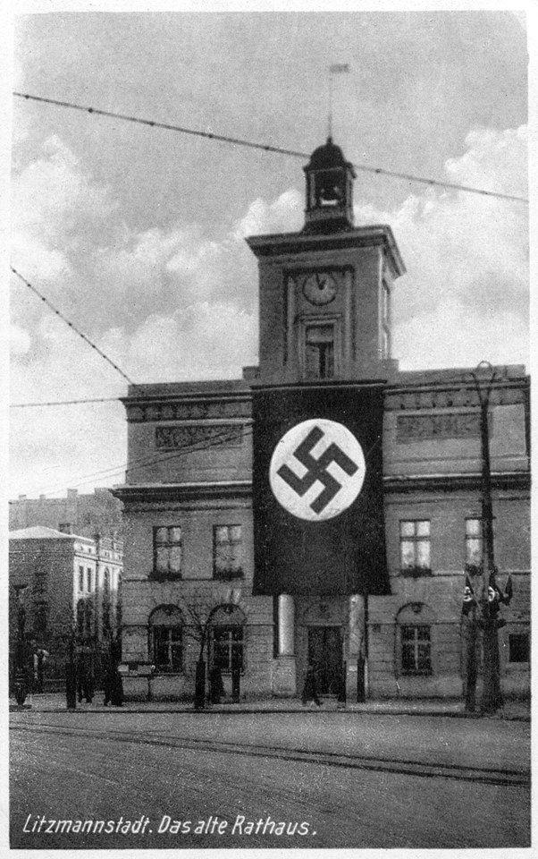 11 kwietnia 1940 roku Łódź została przemianowana na Litzmannstadt, na cześć pruskiego generała Karola Litzmanna, który dowodził wojskami podczas bitwy łódzkiej. Nadburmistrzem miasta został mianowany Werner Ventzki. Zbiór ikonograficzny APŁ, sygn. W-I-7/48 — w: Plac Wolności.
