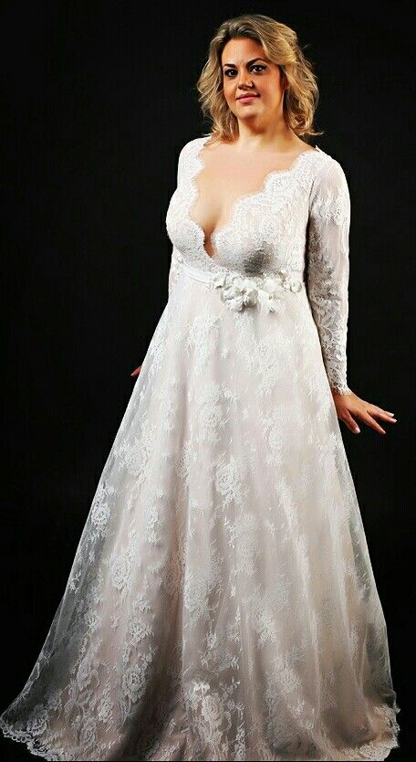 Romantic plus size wedding gown full of French lace and impeccable elegance. Sophia. Studio Levana