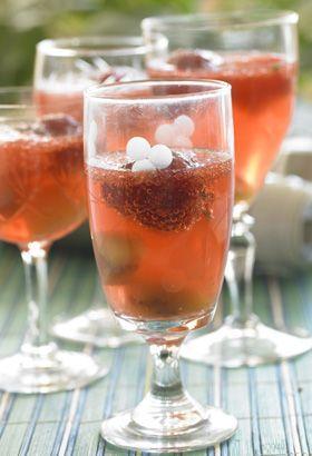 En kølig aperitif med hvidvin og frugt