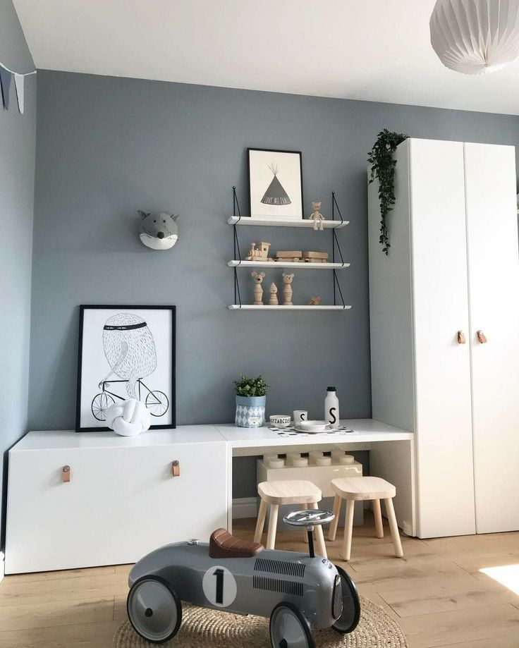 Wie die grauen Wände mit Schranktüren in Weiß mit Ledergriffen