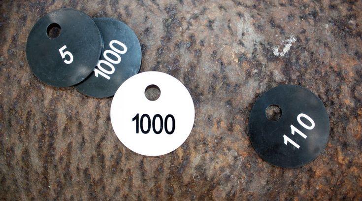 schwarze und weiße Garderobenmarken auf rostigem Stahl Hintergrund