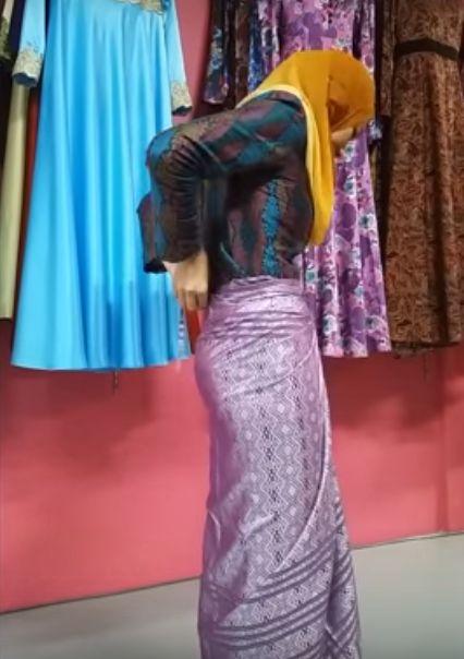 Photo Wanita Sedang Memakai Kain Songket