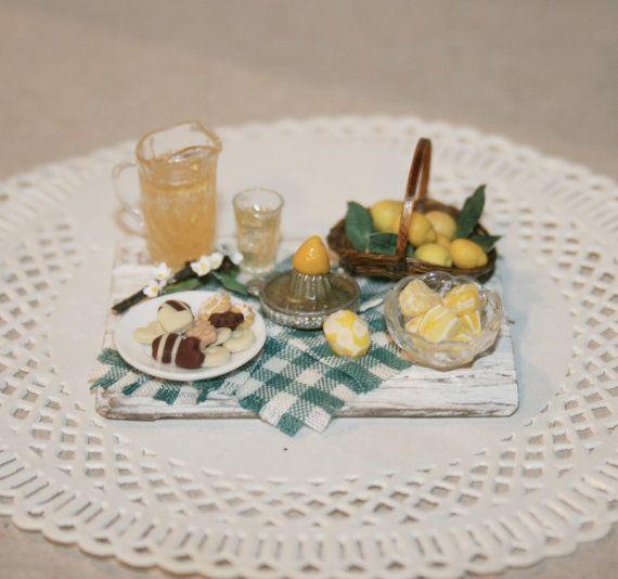 Разделочная доска с печеньем и лимонадом. по cosediunaltromondo