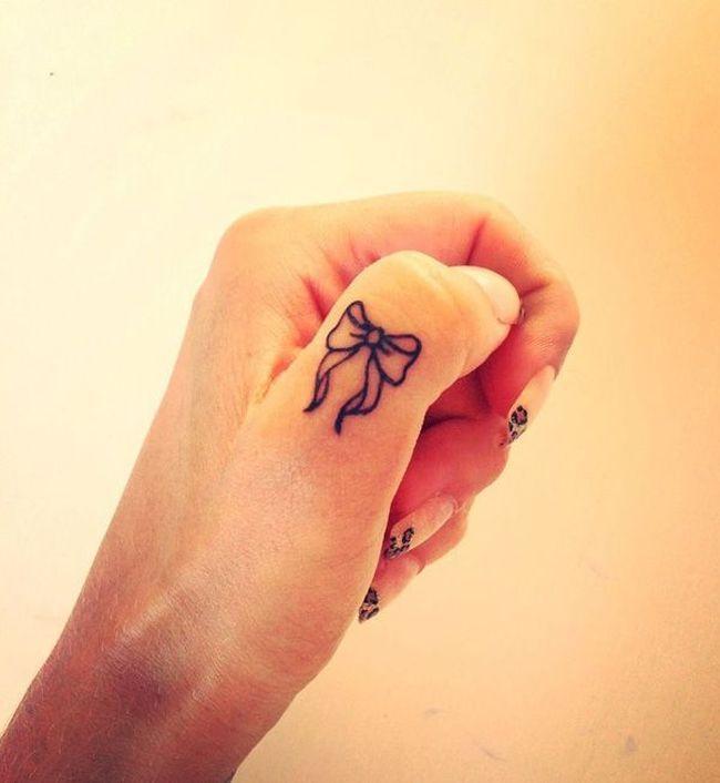 idée de tatouage sur le pouce en forme de ruban délicat