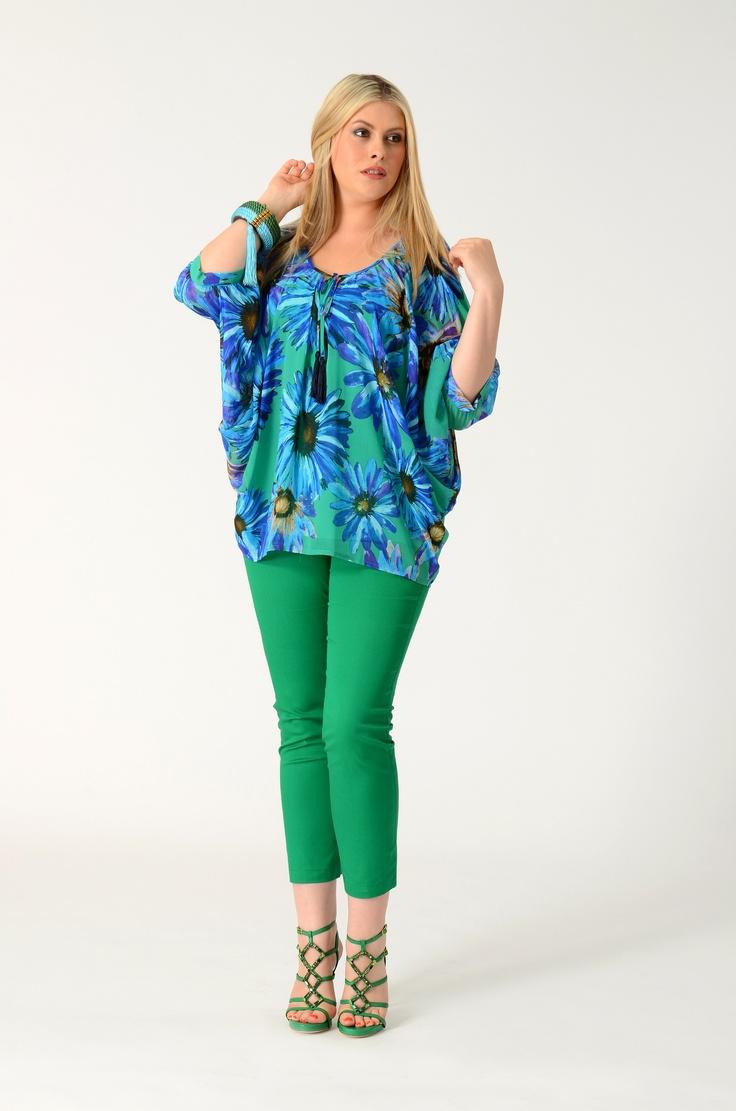 Blouse balloon Daisy - Yoek    Deze zijde-achtige blouse met ronde hals van Yoek heeft een groene basis met daarop een print van blauwe margrieten.  De mouwen hebben een driekwart lengte.  Aan de voorkant van de top zit een striksluiting. De touwtjes hiervan zijn voorzien van mooie donkerblauwe flosjes.    Leuk op een skinny jeans of een witte broek.