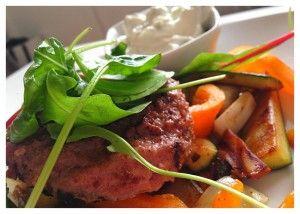 Grekiska biffar med stekta grönsaker - Deffrecept