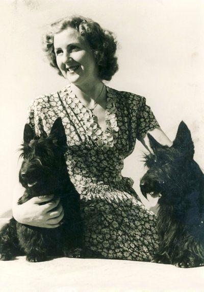 Eva Braun mit Negus und Stasy.