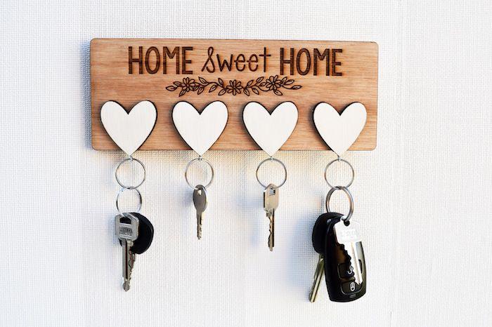 objet personnalisé, quel cadeau pour les parents, surprise maison, porté clé en bois, coeurs