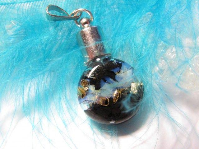 Další unikát z naší dílny :-) Jedinečná skleněná mini lahvička s pravým pokladem - orgonitem.   Lahvička je naplněna drobnými kousky pravého šungitu, opalitu, křišťálu a mosaznými šponami. Vše zalito křišťálovou pryskyřicí, nehrozí tedy, že by lahvička vytekla.   Rozkošný přívěsek, který vám budou všichni závidět :-)  Rozměry: 23 x 14 x5mm  Použité kameny: šungit, opalit, křišťál  Použité špony: mosaz     Šungit  Velmi silný zářič energie, pohlcuje negativní energii, hodí se na umístění k…