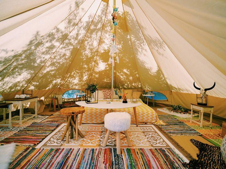"""Glamourös und luxuriös statt schlicht und reduziert! Geht es mal wieder in den Camping-Urlaub, greifen immer weniger zu Hammer und Hering, sondern buchen Luxuslodges oder Mobile Homes. Wer behauptet Camping sei nicht stilvoll, sollte es mal mit """"Glamping"""" probieren. Zelten, nein..."""