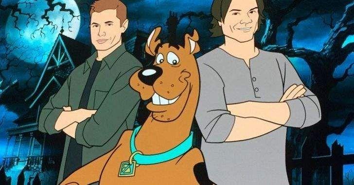 """""""Se não fossem esses garotos intrometidos e esse cachorro idiota…"""" Durante a décima terceira temporada deSupernatural,o mundo de Sam e Dean Winchester vai virar de ponta-cabeça quando eles tiverem um encontro com ninguém menos queScooby-Doo!O icônico personagem da Hanna-Barbera irá ser o centro de umcrossoverda série sobrenatural, que contará com a dublagem do elenco da …"""