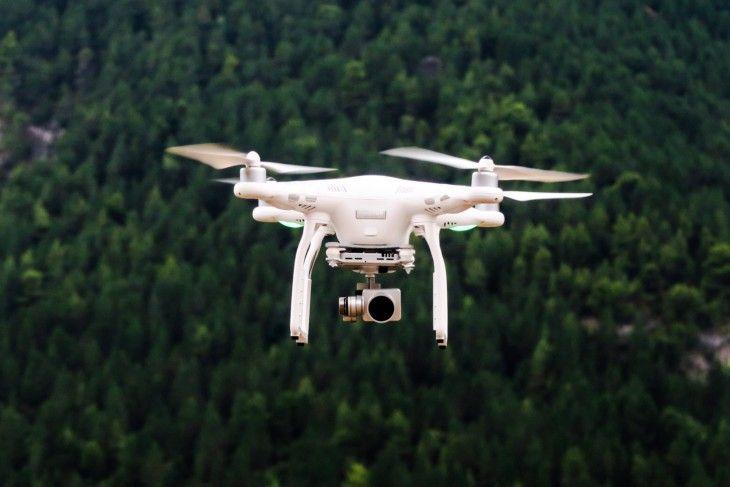 Das Bundeskabinett hat neue Regeln für die Nutzung von Drohnen und Flugmodellen beschlossen. Künftig braucht es für bestimmte Drohnen ein Kennzeichen und die Piloten einen Kenntnisnachweis, auch Drohnen-Führerschein genannt. Modellflieger kritisieren die