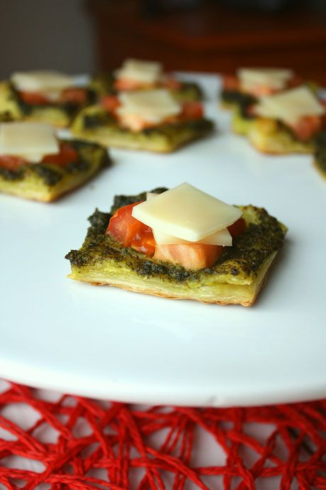 Pesto puffs appetizer puff pastry pesto tomatoes and for Puff pastry canape ideas