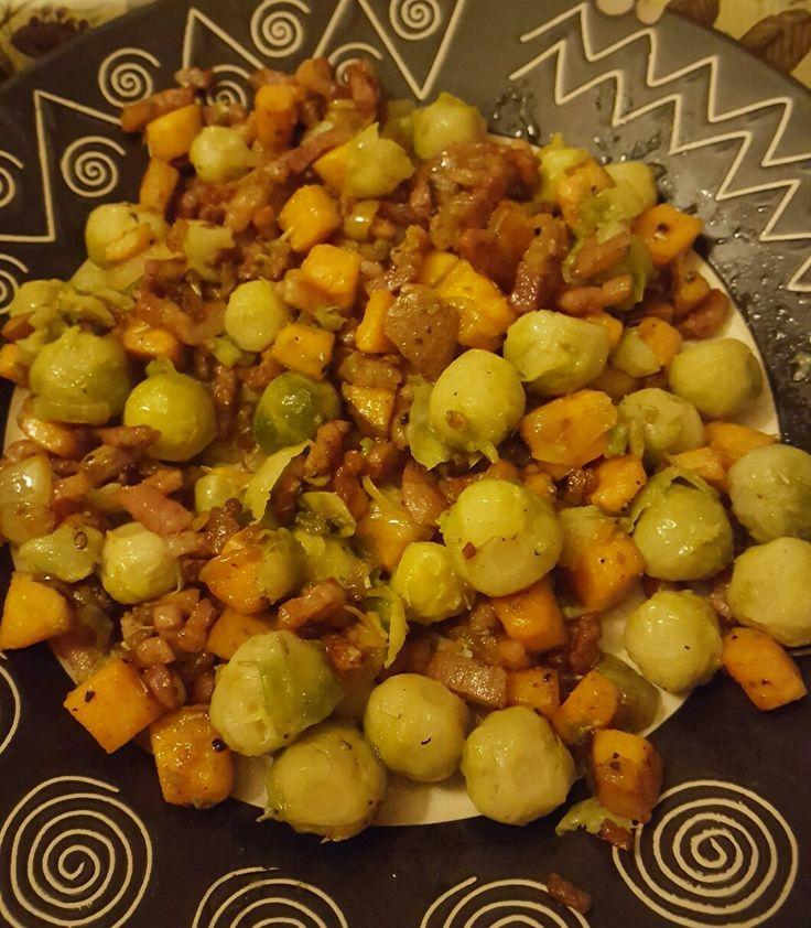 Spruitjes uit de wok.  Benodigdheden: 250 gram spruitjes, ui, spekjes, 200 gr. zoete aardappel, rosemarijn, zwarte peper, Keltisch zeezout en kokosolie om in te wokken.  Bak de spekjes uit in een schep kokosolie, doe daarna de ui en de zoete aardappel erbij met de peper en zout. Laat garen. Doe op het laatst de gekookte spruiten en de rosemarijn erbij. Serveer met komkommer rauwkost.